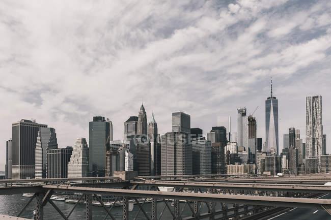 Skyline de Manhattan, visto da ponte de Brooklyn, Nova Iorque, Nova Iorque, EUA — Fotografia de Stock