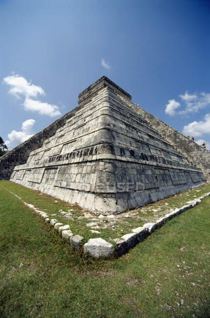 Знизу зору майя піраміди кута проти неба — стокове фото