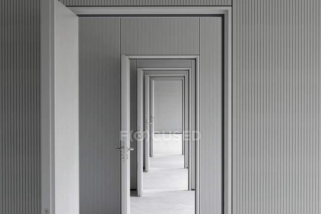 Пустой коридор, проходящий через двери офиса — стоковое фото