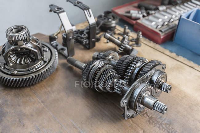 Blick auf Maschinenteile auf Holztisch — Stockfoto