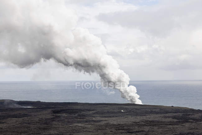 Calm coastal landscape with steam from volcano in Hawaii — Stock Photo