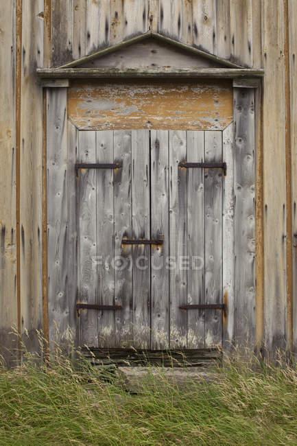 Vista exterior de la puerta de la corteza de madera - foto de stock