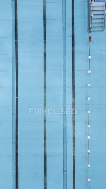 Directamente encima de la vista de detalle de la piscina - foto de stock