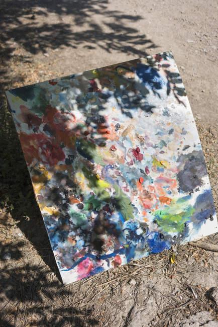 Erhöhte Ansicht bemalten Leinwand auf Boden an sonnigen Tag — Stockfoto