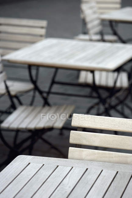 Crop caffè tavoli e sedie in terrazza — Foto stock