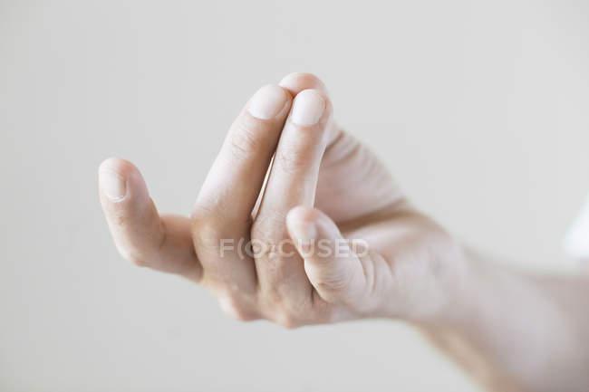 Cropped image de main gesticulant sur fond blanc — Photo de stock