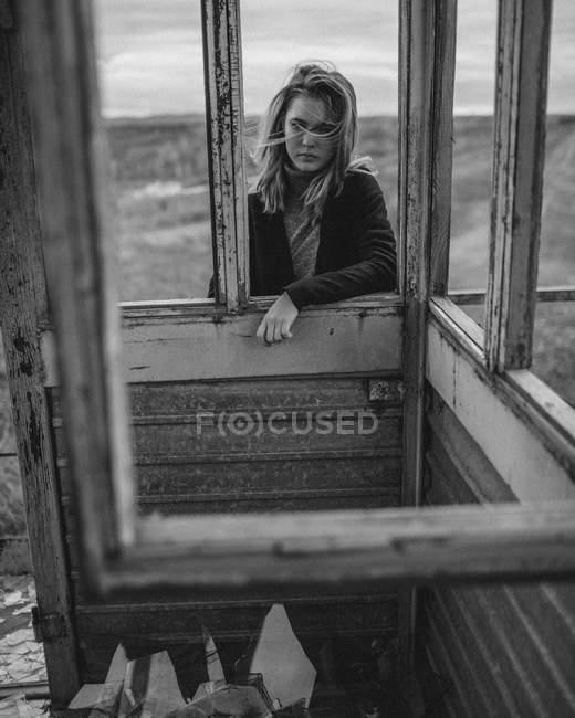 Девочка-подросток стоит у смотровой башни напротив поля — стоковое фото