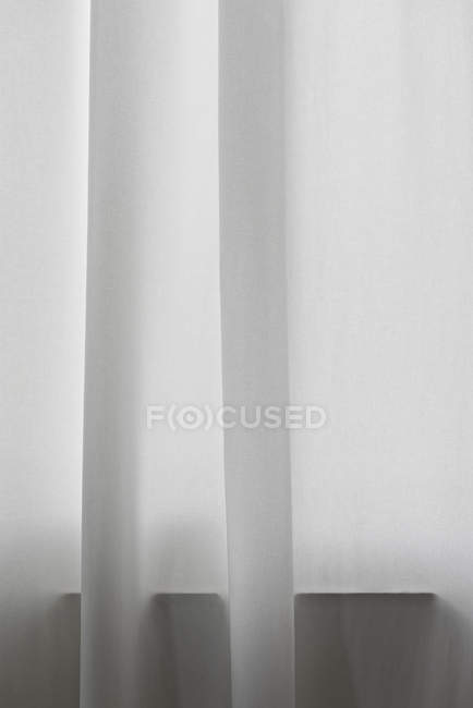 Деталь завісити білими перед вікном — стокове фото