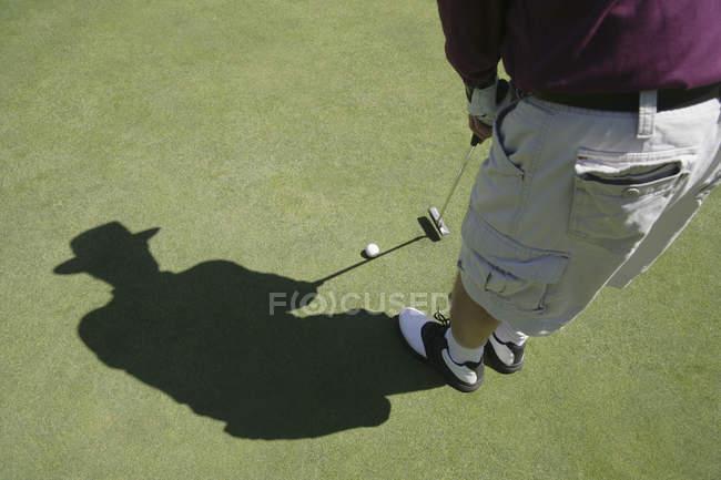 Golfprofi bereitet sich auf Kick vor — Stockfoto