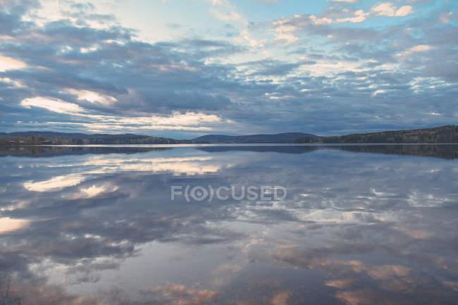 Ідилічний вид на озеро проти хмарного неба, J? РВ?, H? лісінґланд, Швеція — стокове фото