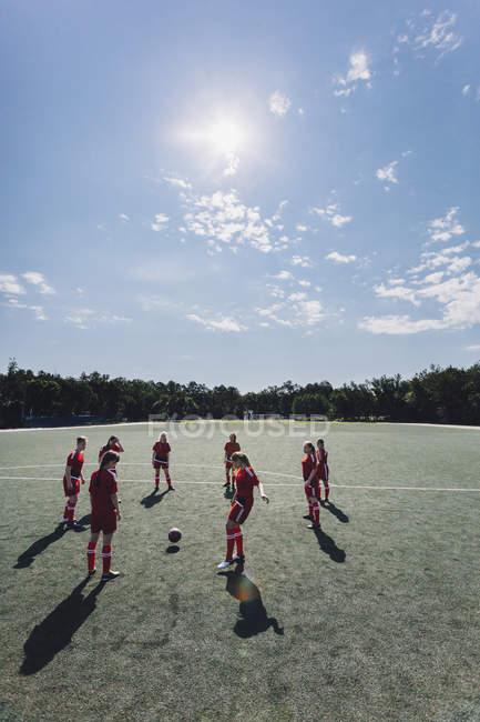 Erhöhte Ansicht des Teams spielen Fußball auf Feld an sonnigen Tag — Stockfoto