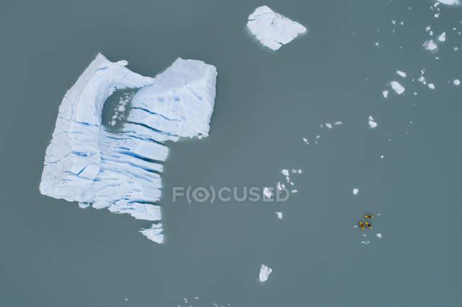 Vue aérienne des canots et iceberg dans la lagune — Photo de stock
