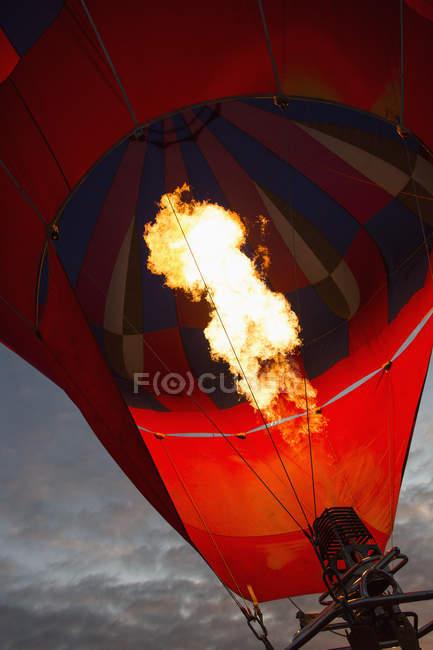 Vista de ángulo bajo de incendios en globo de aire caliente contra el cielo - foto de stock