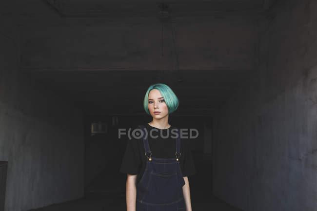 Retrato de adolescente em pé no porão — Fotografia de Stock