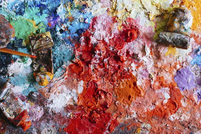 Cuadro completo de tubos en pinturas desordenadas - foto de stock