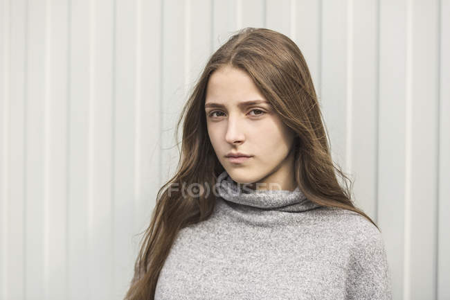 Portrait d'adolescente sérieuse contre un mur blanc — Photo de stock