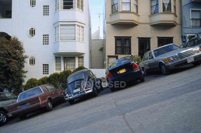 Sloped San Francisco street with row of parked cars — Stock Photo