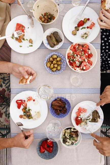 Direkt über dem Schuss von Freunden zu Mittag am Gartentisch — Stockfoto
