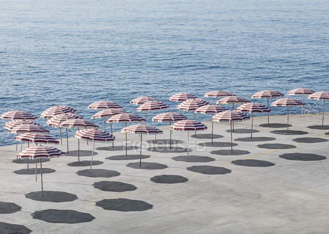 Erhöhte Ansicht der Sonnenschirme am Strand im sonnigen Tag — Stockfoto