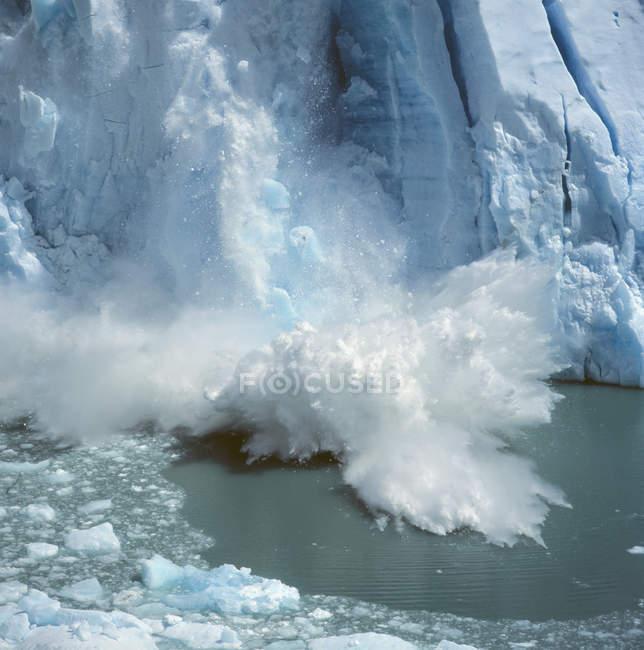 Vista panoramica della rottura del ghiaccio sul ghiacciaio — Foto stock