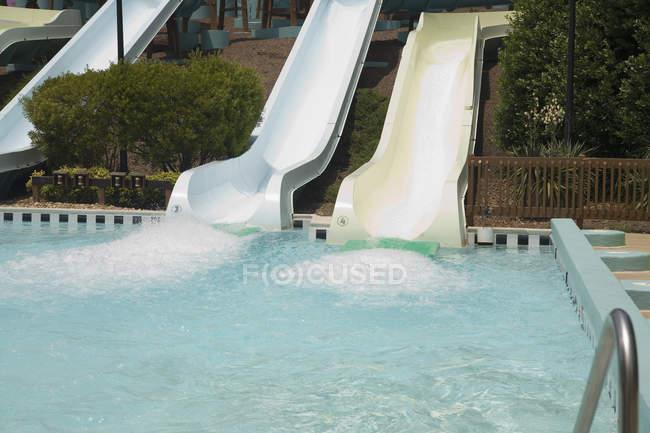 Бассейн в нижней части слайда воды — стоковое фото