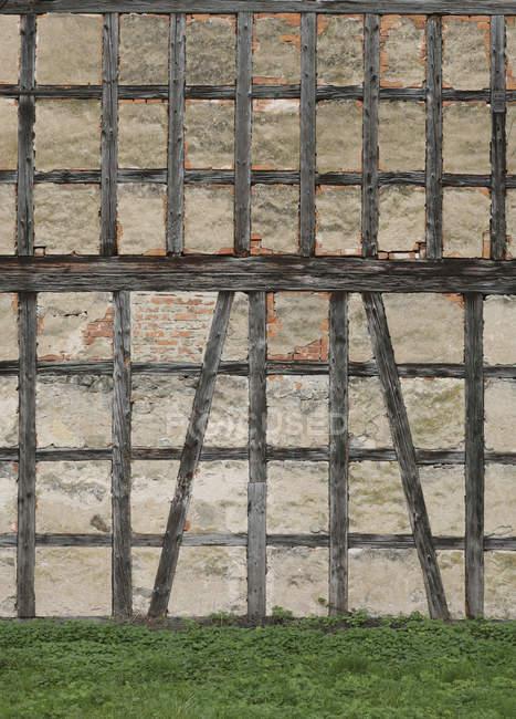 Esterno di vecchia costruzione facciata con travi in legno — Foto stock