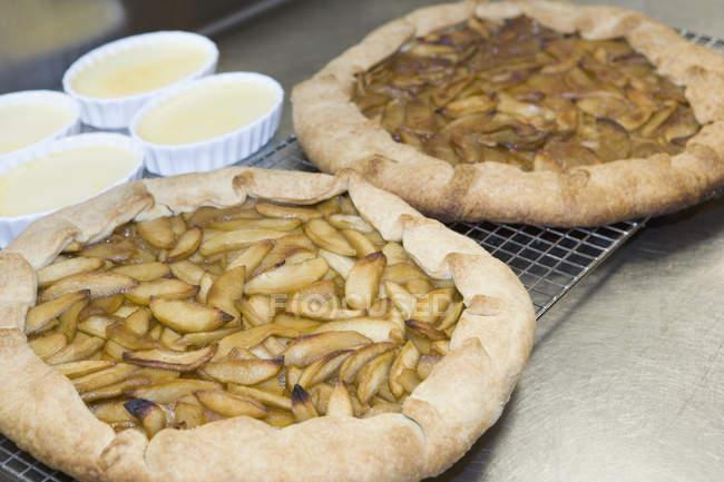 Крупным планом зрения apple пироги и блюда крем-брюле — стоковое фото