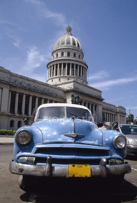 Auto d'epoca parcheggiata di fronte di El Capitolio, l'Avana, Cuba — Foto stock