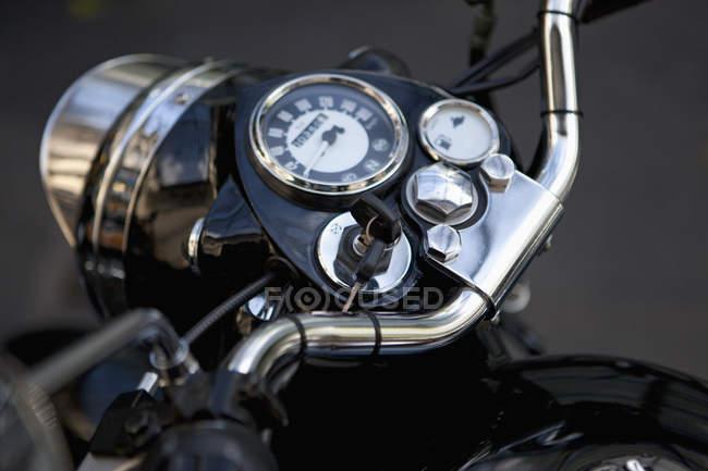 Painel de moto com as chaves na ignição — Fotografia de Stock