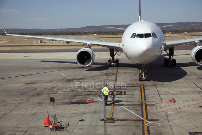 Землю экипажа и jet на взлетно-посадочной полосы — стоковое фото