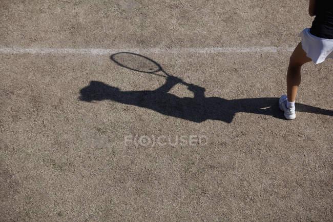 Ombre du joueur de tennis pendant la journée — Photo de stock
