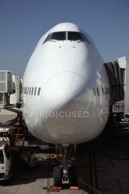 Jumbo jet attaché au pont d'embarquement — Photo de stock