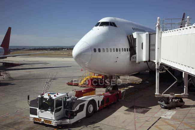 «Джамбо» jet придает трапа с буксира в передней — стоковое фото