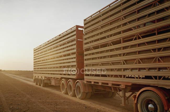 Remorque arrière de semi-camion sur route rurale — Photo de stock