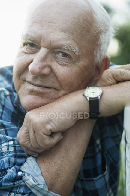Portrait of senior man looking relaxed — Stock Photo