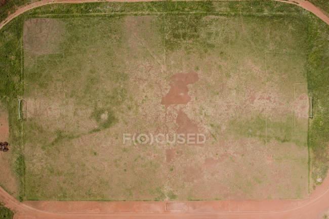Вид с воздуха на засушливое футбольное поле — стоковое фото