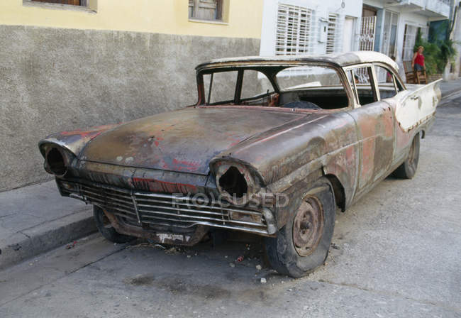 Verlassenes altes Auto in Stadtstraße — Stockfoto