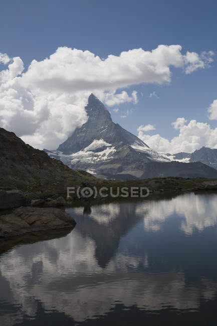 Vue panoramique sur le lac et le sommet du Cervin en arrière-plan, Zermatt, Alpes suisses — Photo de stock