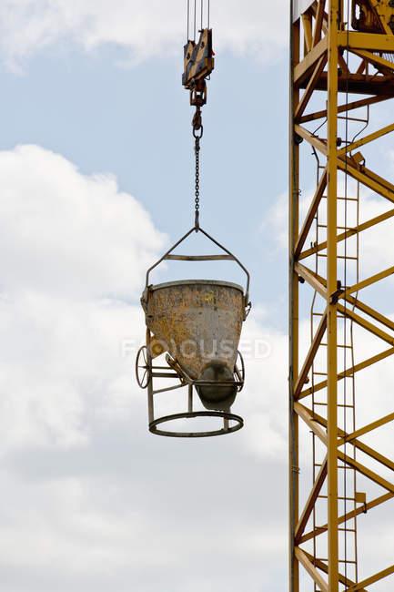 Pezzo di attrezzature da costruzione sollevamento con gru — Foto stock