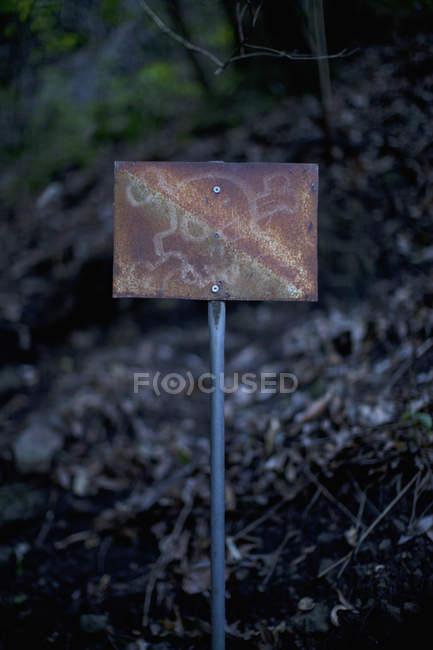 Velho sinal enferrujado com crânio e ossos cruzados — Fotografia de Stock