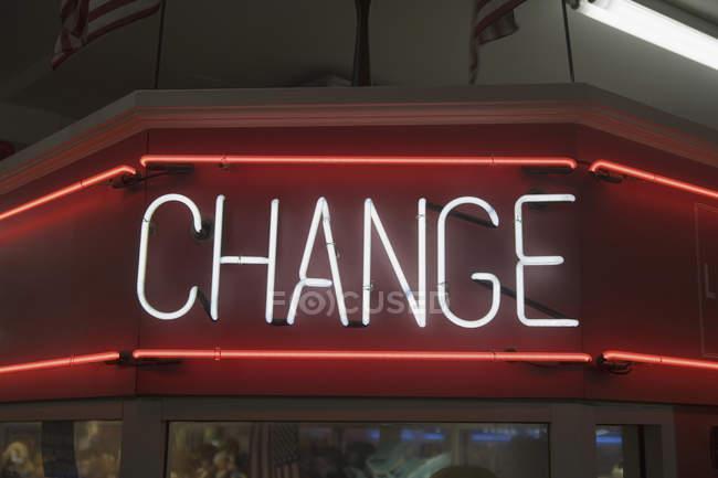 Изменение неоновой вывески на здании в вечернее время — стоковое фото