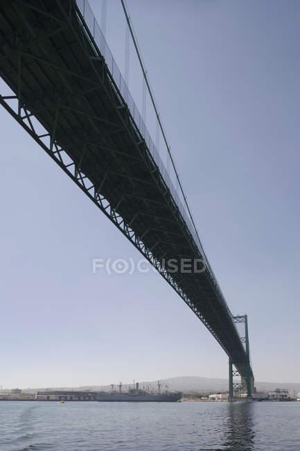 Vista di angolo basso del ponte al bacino commerciale — Foto stock