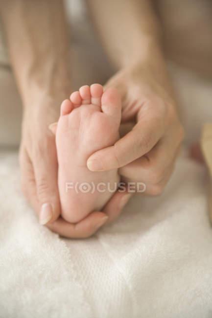Мать ребенка массажа? s ног — стоковое фото