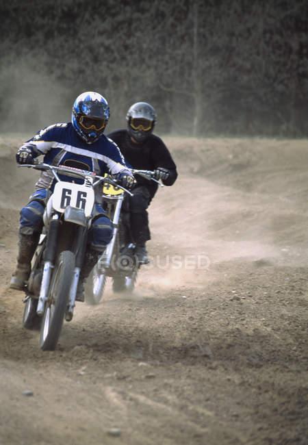 Zwei Personen Rennmaschinen auf Feldweg — Stockfoto