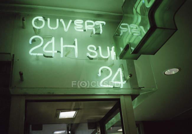 Открыт 24 часа, надпись неоновый знак — стоковое фото