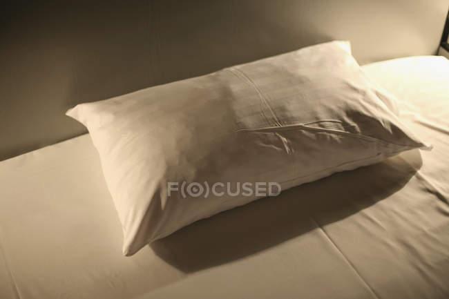 Nahaufnahme des Kissens auf dem Bett — Stockfoto
