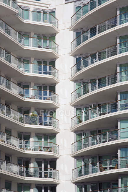 Facciata edificio di appartamenti di lusso alto aumento — Foto stock