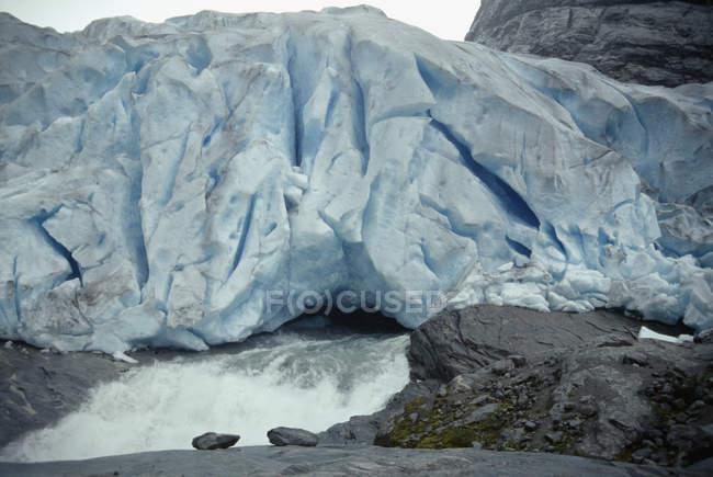 Быстрый поток, вытекающих из айсберга — стоковое фото