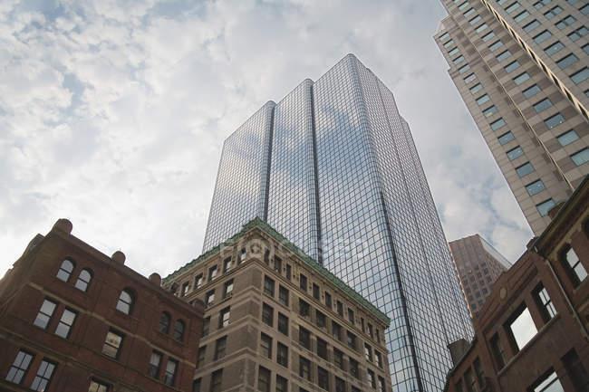 Vista exterior del rascacielos y edificios en el distrito - foto de stock