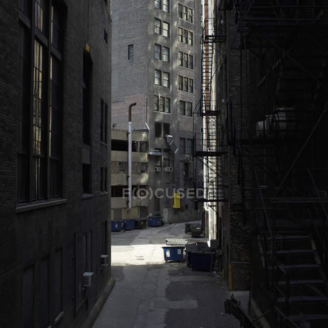 Vista di edifici vuoti di vicolo e città — Foto stock
